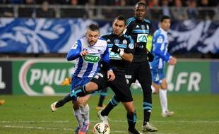 Samir Diri à la lutte avec Dimitri Payet lors du match entre Grenoble et l'OM le 4 janvier 2015.
