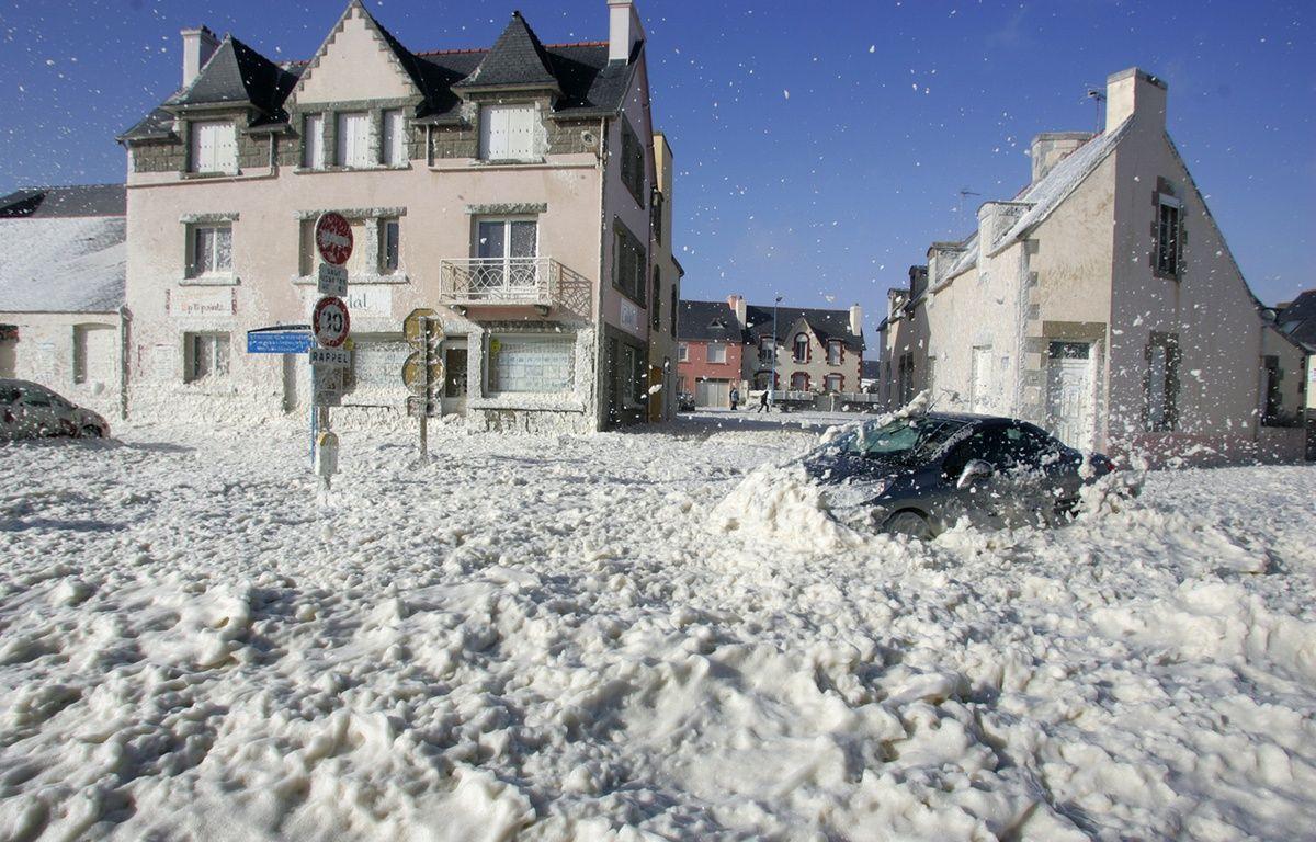 Ecume dans les rues de Saint-Guénolé, en Bretagne (ici en 2008) – MARCEL MOCHET / AFP