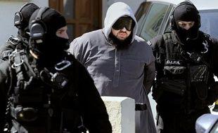 La garde à vue de 16 des 17 islamistes radicaux présumés arrêtés vendredi a été prolongée lundi, a-t-on appris de sources proches de l'enquête.