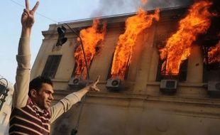 """Des affrontements se sont poursuivis samedi au Caire pour la deuxième journée consécutive entre forces de l'ordre et manifestants hostiles au pouvoir militaire, le Premier ministre Kamal el-Ganzouri évoquant un risque de """"contre-révolution""""."""