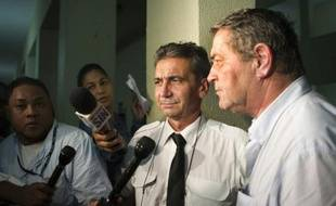 Les deux pilotes français Pascal Fauret (d) et Bruno Odos (2e d), s'adressent à la presse à la sortie du tribunal de Saint-Domingue le 14 août 2015