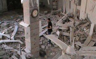 L'armée syrienne a poursuivi lundi le bombardement des quartiers rebelles de la ville syrienne de Homs (centre), où des médecins se voient forcés d'amputer des blessés en raison du manque d'aide médicale, selon des militants.