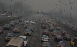 Un embouteillage sur une artère de Pékin lors d'un épisode de forte pollution atmosphérique, en février 2014