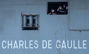 Des marins à bord du Charles de Gaulle où sévit une épidémie de coronavirus