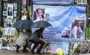 Les princes William et Harry rendent hommage à leur mère à Londres, le 30 août 2017.