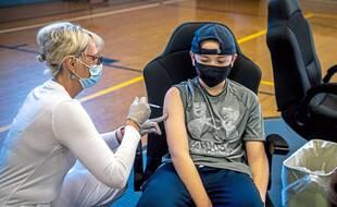Un adolescent de 12 ans se faisant vacciner aux Etats-Unis. En France cela sera possible à partir du 15 juin.