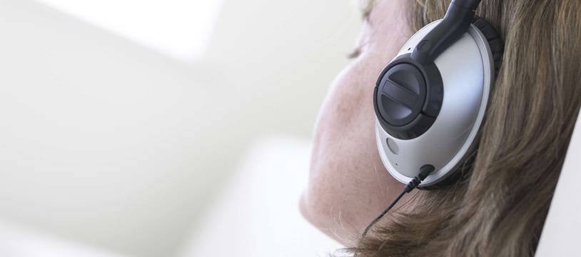 Une femme écoute de la musique.