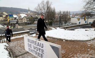 Le 8 février 2015 à Pont-de-Roide. Le candidat PS Frédéric Barbier à la législative partielle dans le Doubs arrive au bureau de vote.