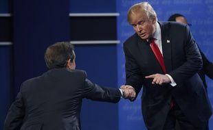 Donald Trump en 2016, sert la main de Chris Wallace.