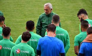 Le sélectionneur de l'Australie Bert van Marwijk, avec ses joueurs, à l'entraînement à Kazan le 15 juin 2018.