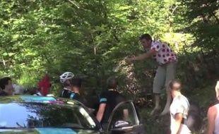 Capture d'écran de l'altercation entre la Sky et des spectateurs sur les routes du Tour, le 20 juillet 2013
