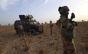 Un soldat de l'armée française patrouille dans le cadre de l'opération Barkhane, dans le nord du Burkina Faso. Ici le 9 novembre 2019.