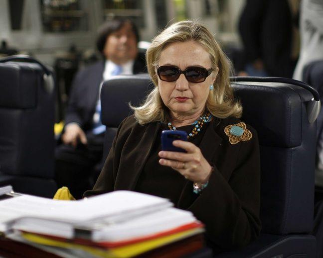 Hillary Clinton, à l'époque où elle était secrétaire d'Etat des Etats-Unis, en 2011, à bord d'un avion militaire.