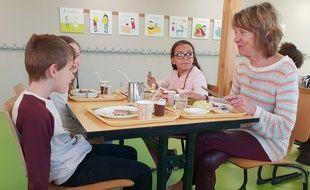 Des séniors déjeunent avec les enfants de l'école maternelle Les alouettes, à Marquette.