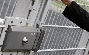 Porte d'un centre pénitentiaire. (Illustration)