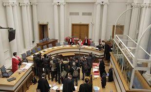 La cour entre dans la salle d'audience A de la cour d'assises de Douai lors du 1er jour du procès de Alain Penin, meurtrier présimé de Natacha Mougel.