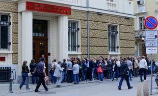 Des Bulgares font la queue devant une agence bancaire à Sofia le 20 juin 2014