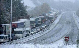 Camions et voitures bloqués sur l'autoroute A47 . Illustration