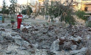 Un membre du personnel médical inspecte les dégâts sur le site d'un centre médical frappé, en octobre 2016, dans le nord d'Alep. Illustration