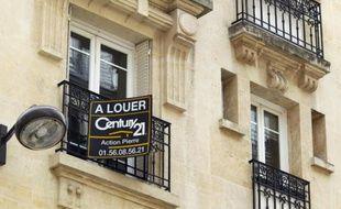 """Une pancarte """"A louer"""", sur un immeuble ancien de Paris, le 5 juin 2012"""