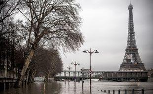 La Seine a atteint 5,60m (mesure du Pont d'Austerlitz) au lever du jour, le 26 Janvier 2018. Ici les voies sur Berges devant le Pont de Passy.