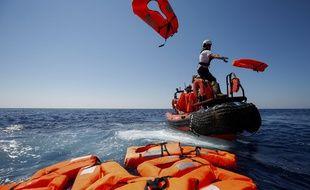 Un bateau de SOS Méditerranée et Médecins sans frontières à la rescousse de migrants en péril, en  juin 2018.
