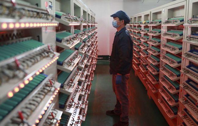 Un ouvrier inspecte des batteries de lithium dans une usine chinoise, le 3 juin 2019.
