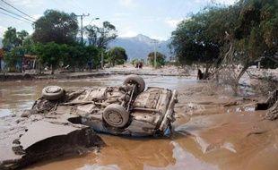 Un véhicule renversé par les inondations près de Copiapo, au Chili, le 26 mars 2015