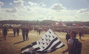 Un festivalier et son drapeau breton à Solidays 2016