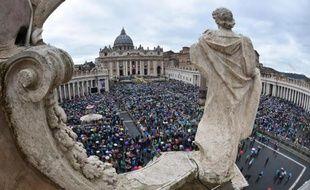 Les fidèles catholiques suivent sous la pluie la messe des Pâques présidée par le pape François, le 5 avril 2015 sur la Place Saint-Pierre au Vatican
