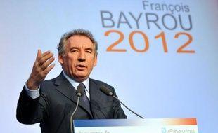 Avec plus de 10% d'intentions de vote, François Bayrou engrange les effets de sa déclaration de candidature à la présidentielle mais, encore loin de François Hollande et Nicolas Sarkozy, il aura du mal à rééditer sa performance de 2007 (18,5%), estiment des politologues.
