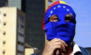 Un manifestant soutien de l'opposition manifeste dans la ville de Maracaibo, au Venezuela, le 23 janvier.