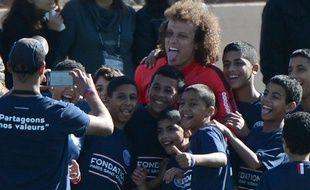 David Luiz pose avec des enfants lors du stage hivernal du PSG à Marrakech, le 29 décembre 2014.