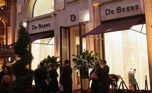 Le groupe anglo-sud-africain Anglo American a annoncé jeudi avoir finalisé le rachat de la part de 40% du capital du diamantaire sud-africain De Beers appartenant à la famille Oppenheimer, portant ainsi sa participation à 85%.