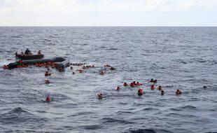 Des migrants après le chavirage de leur embarcation en Méditerranée, mercredi 11 novembre 2020.