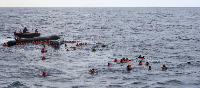 Des migrants après la chavirage de leur embarcation en Méditerrannée, mercredi 11 novembre 2020.