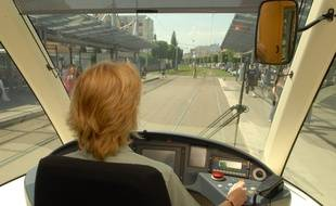 Illustration une conductrice dans la cabine de pilotage du Tramway. Strasbourg le 04 07 06
