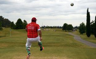 Comme au golf, on joue sur un green et comme au foot, avec un ballon.