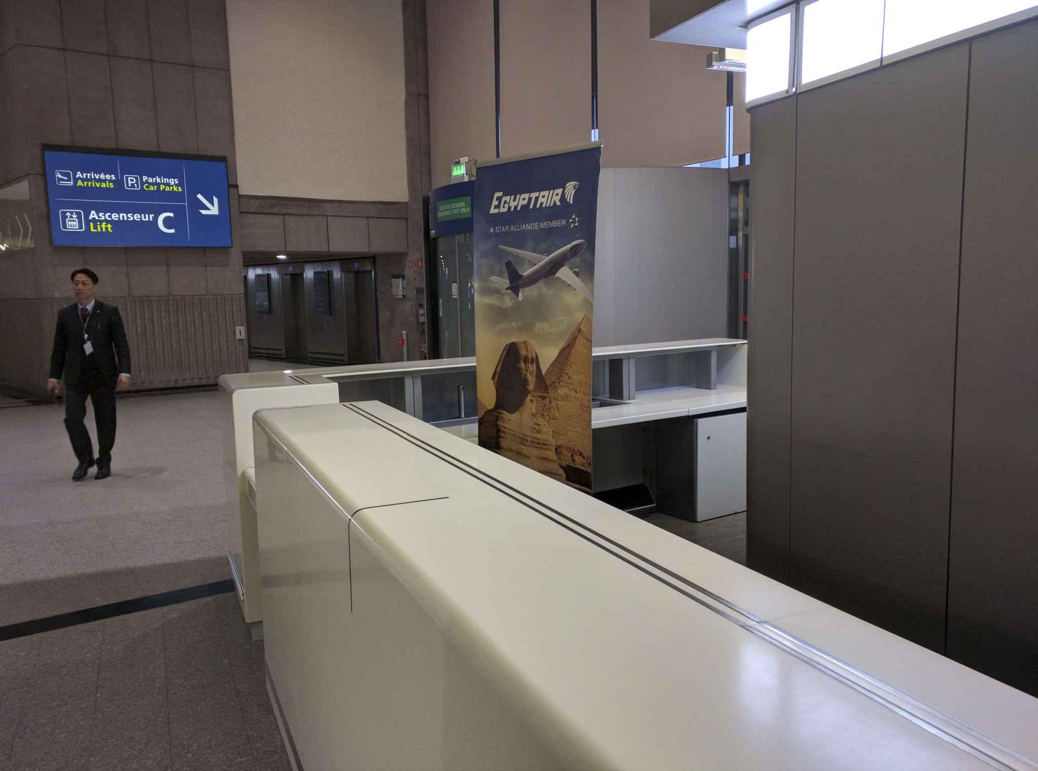 Video crash du vol egyptair ces l ments qui laissent - Agent de comptoir aeroport ...