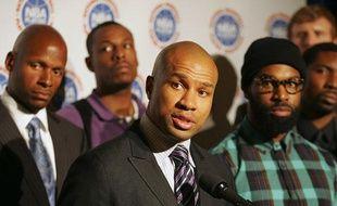 Derek Fisher, president de la NBPA, entouré de joueurs d ela NBA, lors des négociations sur le lock-out le 30 septembre 2011.