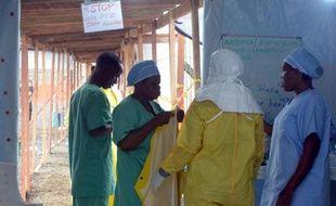 """Des membres de """"Médecins sans frontières"""" le 21 août 2014 à l'hôpital de Monrovia au Liberia"""