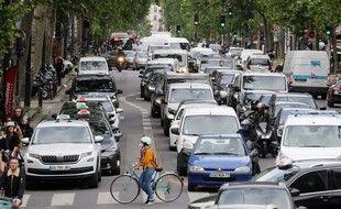Des automobilistes et des cyclistes sur un boulevard à Paris en mai 2020.