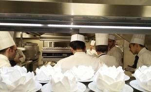 Brunot Guéret, le chef de cuisine du restaurant Fouquet's Paris, donne les consignes aux cuisiniers avant l'arrivée des nommés aux César.