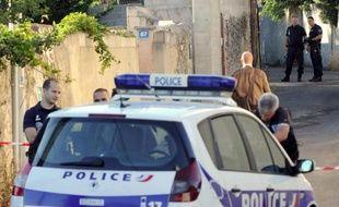 Une voiture de police à Marseille le 11 juillet 2014 se rend sur les lieux d'un crime