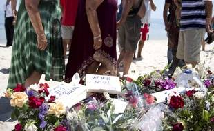 Des touristes sur le lieu de la tuerie de Sousse, le 28/06/2015