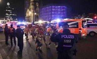 Pompiers et policiers au marché de Noël où un camion a foncé dans la foule à Berlin, le 19 décembre 2016.