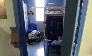 Fleury-Merogis (Essonne), le 17 septembre 2009. Un détenu musulman prie dans sa cellule de prison.