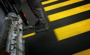 Un jeune Français de 17 ans, qui s'était installé dans une benne à ordures, est mort samedi broyé dans un camion de ramassage des poubelles, a-t-on appris lundi de sources policière et judiciaire.
