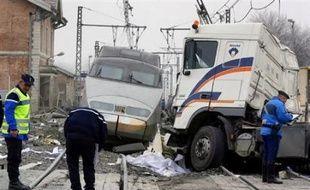 Un TGV Paris-Genève a percuté mercredi matin un poids lourd en convoi exceptionnel sur un passage à niveau, à Tossiat (Ain), tuant son chauffeur et faisant dans la rame 35 blessés légers, dont le conducteur du train.