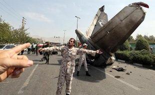 Des gardiens de la révolution et de membres des forces de sécurité iraniennes sur le site du crash près de l'aéeoport Mehrabad de Téhéran, le 10 août 2014